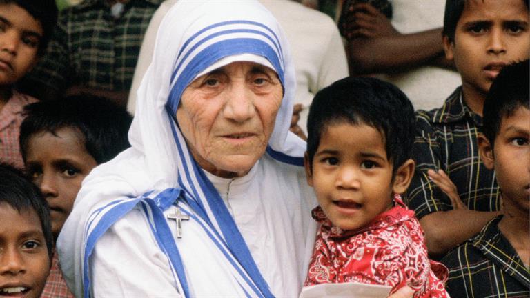 الأم تيريزا، قديسة من هذا العصر