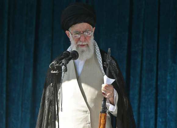 طور الايرانيون خلال الحرب العراقية الايرانية تقليد اتكاء خطيب الجمعة على بندقية