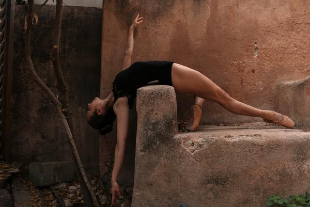 الرقص يجسد تعبير المجتمع عن هويته وقيمه. وهو تعبير بالتالي عن مقاومته الناعمة للضغوط الخارجية لجرح هويته